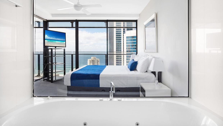 Circle on Cavill ocean view spa apartment